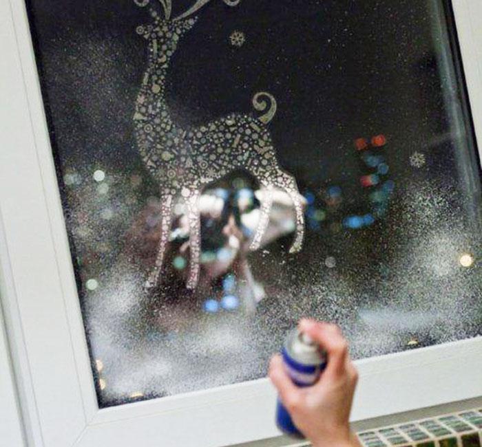 Как украсить окно на Новый год искусственным снегом