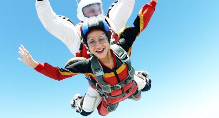 Прыжок с парашютом девушке на день рождения